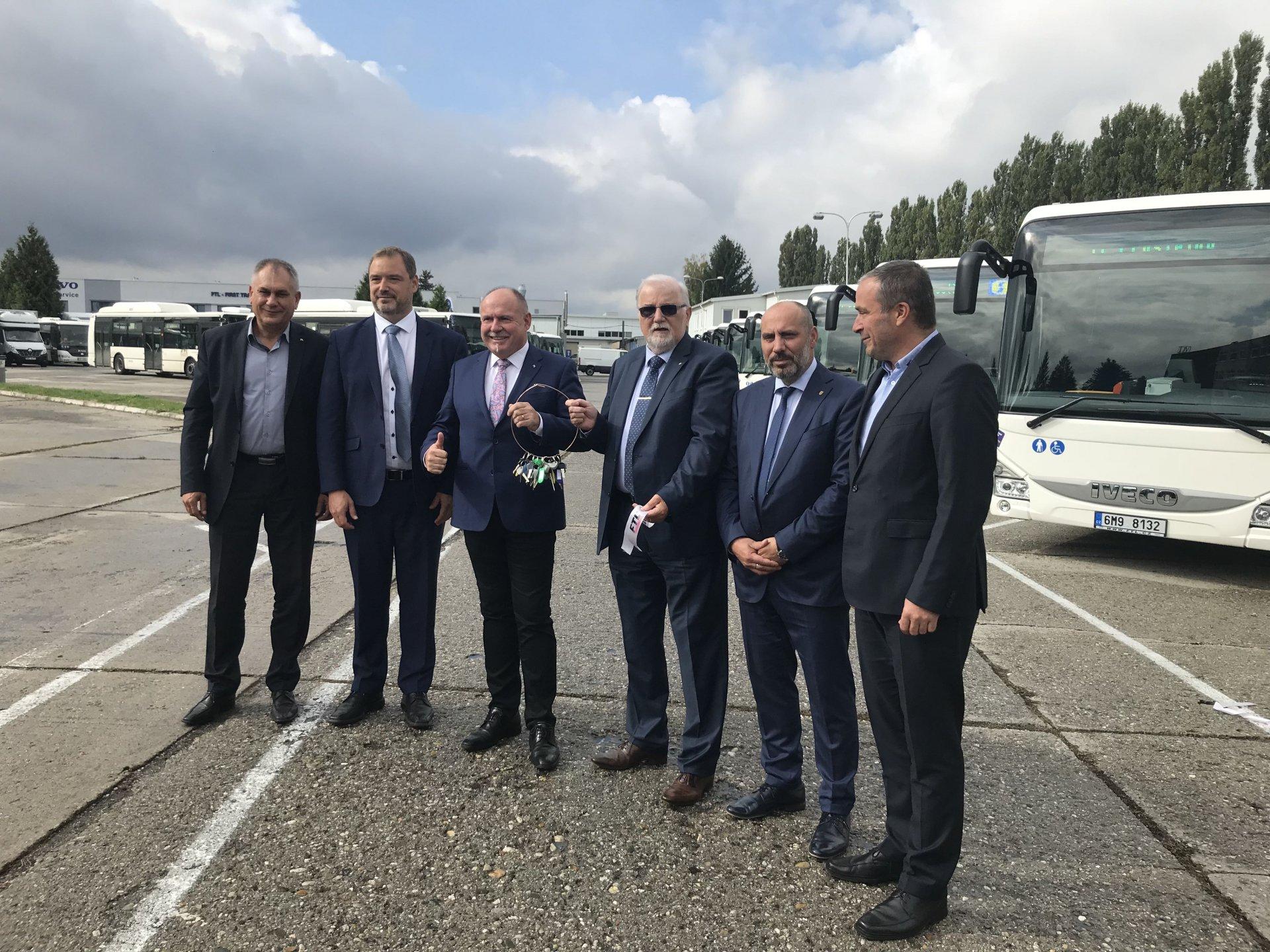 KAR group, a. s. předal společnosti FTL - First Transport Lines, a. s. nové příměstské autobusy IVECO Crossway Low Entry.